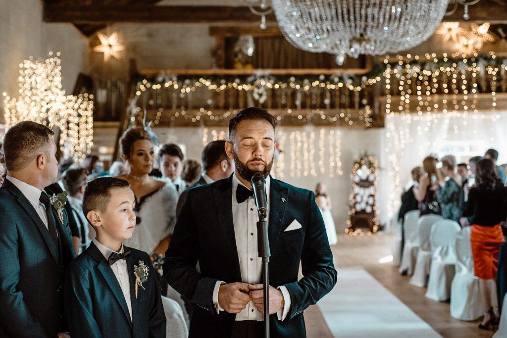 groom singing