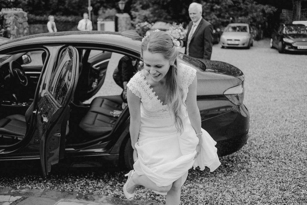 bride gets out of the wedding car