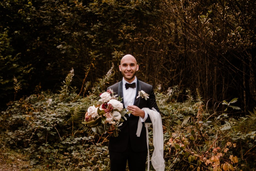 groom holing flowers funny